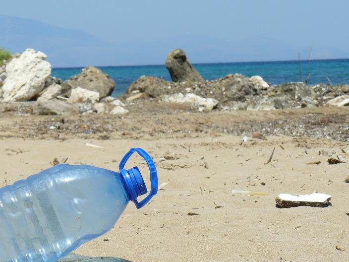 littering bottiglia plastica spiaggia